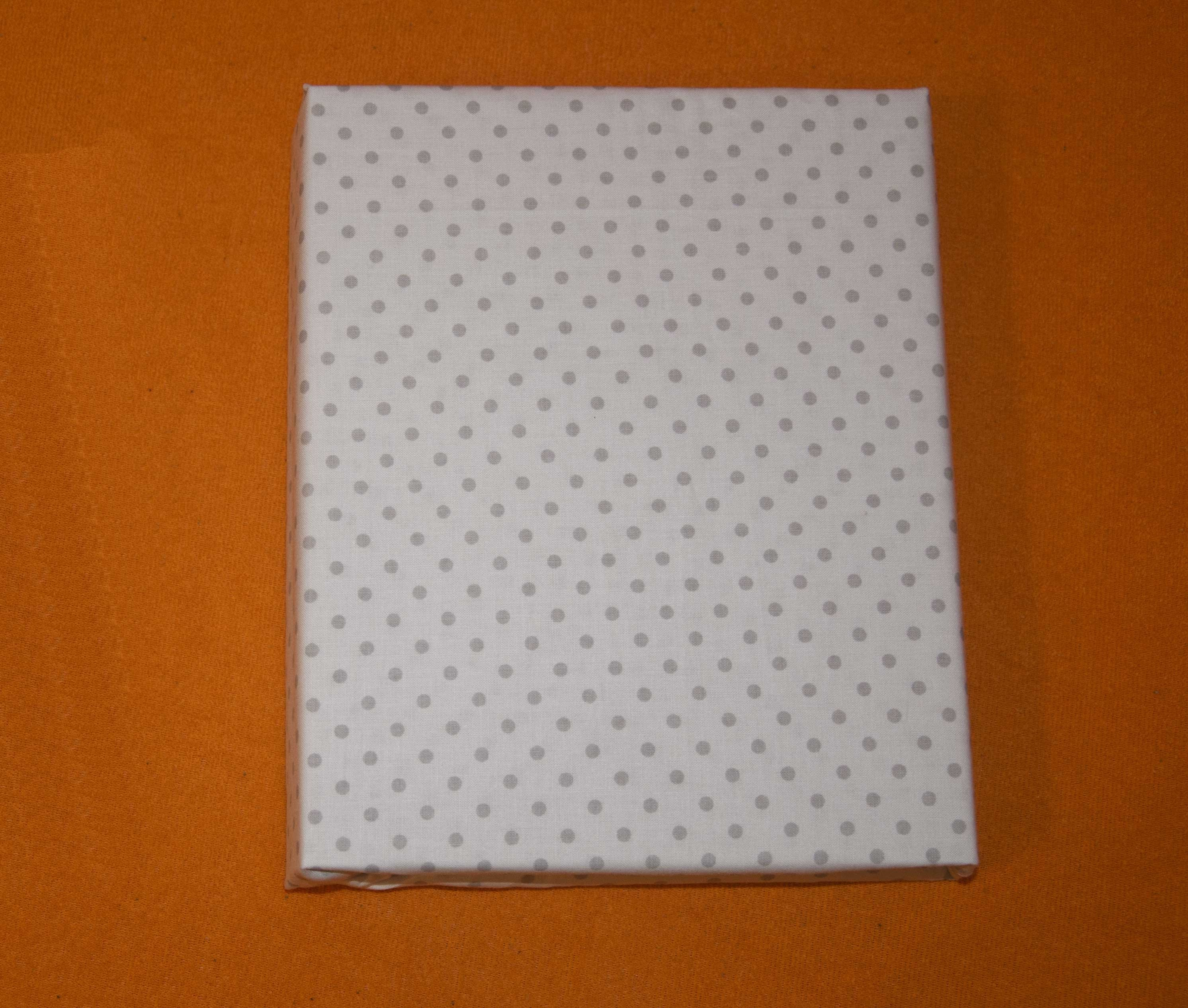 Bavln�n� prost�radlo 120x60 cm b�l� s �ed�mi v�t��mi punt�ky